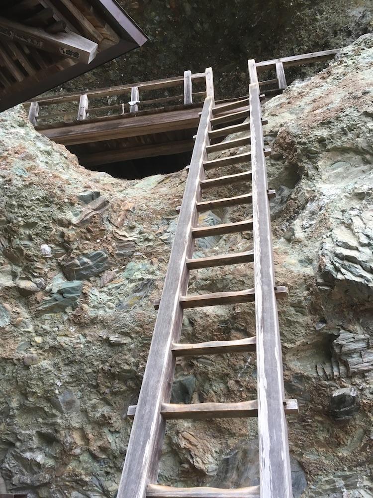 法華仙人堂跡のはしご