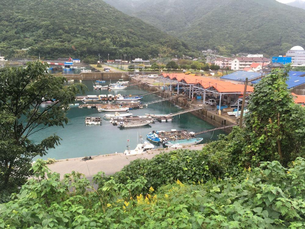 山間の港町